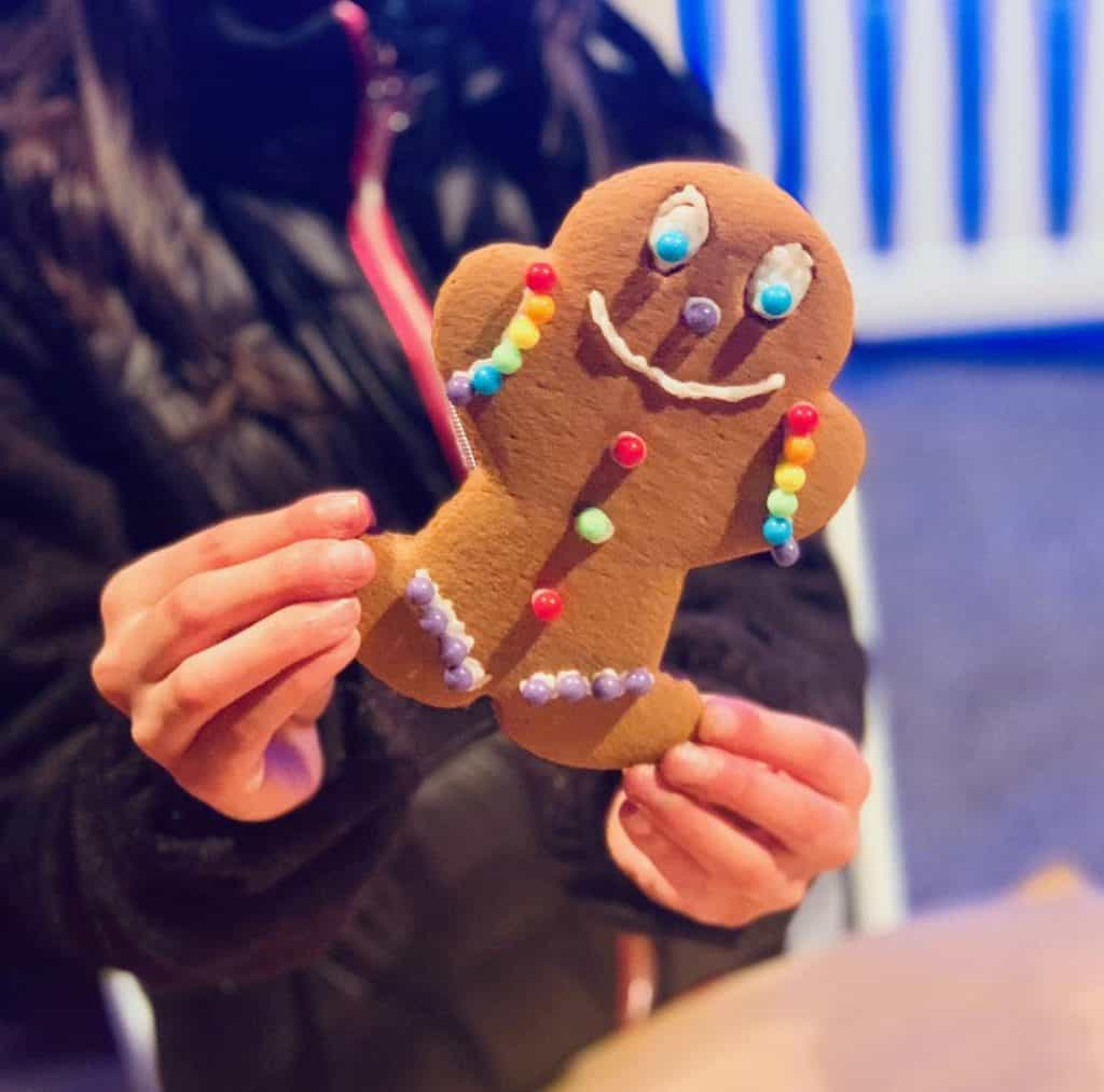 Decorate gingerbread for Christmas at Gaylord National